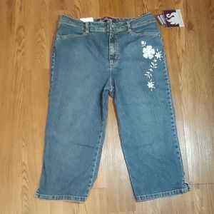NWT GV 12P Embroidered capris